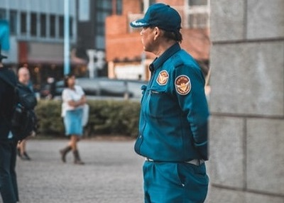 uomo in uniforme